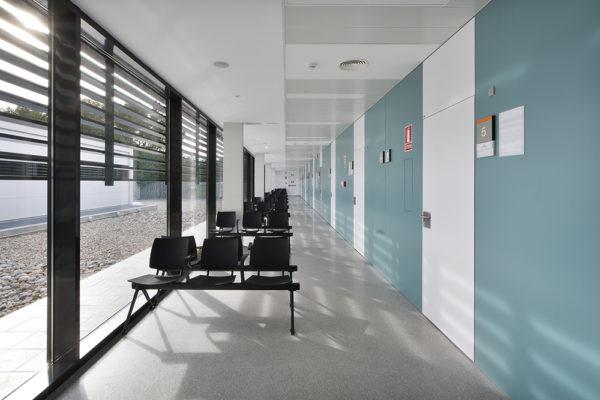 Sala d'espera amb vistes al pati